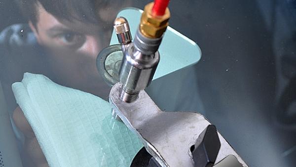 Как убрать трещины с лобового стекла своими руками