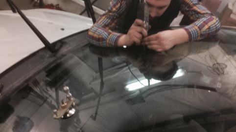 Длинная трещина стекла Toyota Corolla