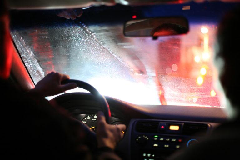 Почему в машине потеют стекла внутри салона зимой
