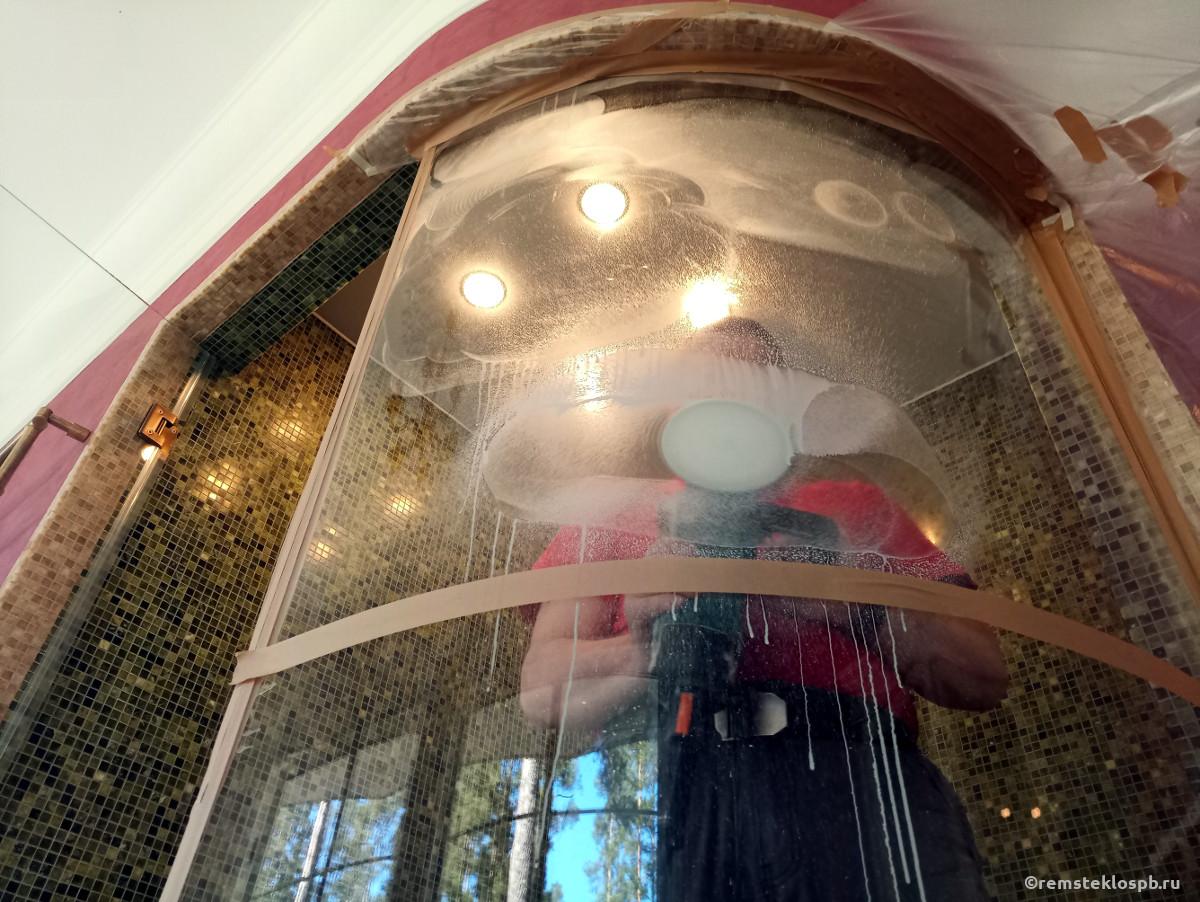 Полировка гнутого стекла в ванной комнате