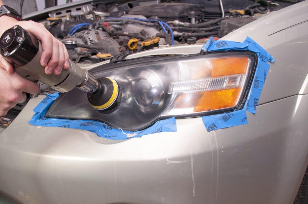 Полировка фар автомобиля абразивной пастой