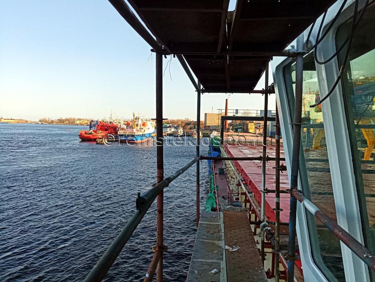 Полировка иллюминаторов на корабле