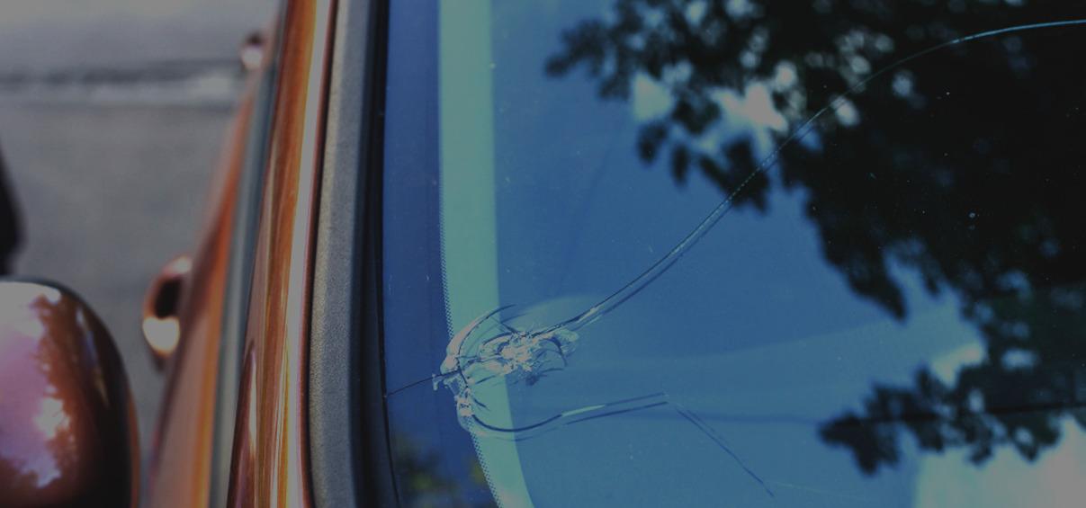 Всем автолюбителям известно, что разбитое стекло в машине – распространенная проблема, которая может случиться с любым водителем.В то время как боковые и задние стекла часто находятся в безупречном состоянии, в наихудшем положении находится ветровое стекло, которое поглощает удары камней и другого мусора, выскакивающего из-под шин автомобилей, идущих впереди нас.Разберем, что можно сделать с трещиной на лобовом стекле. Большинство мелких трещин и сколов может эффективно и недорого удалить наш мастер.Это важно, потому что следует помнить, что с поврежденным лобовым стеклом автомобиль не пройдет технический осмотр, а если инспектор обнаружит дефект, водитель заплатит дополнительный штраф.