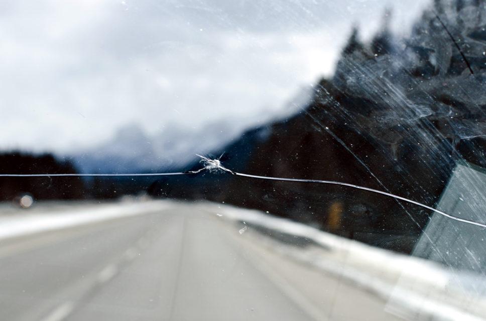Можно ли ездить с трещиной на лобовом стекле