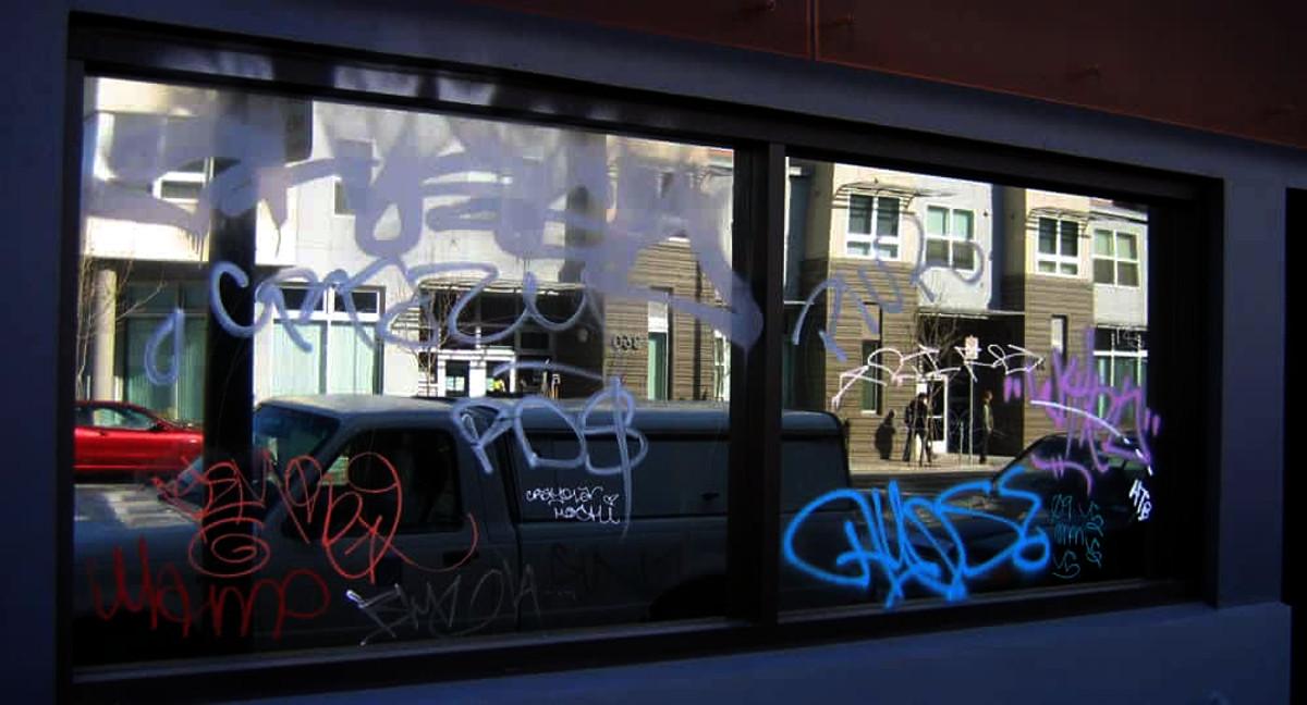 Удаление граффити с витрин магазинов